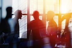 Hommes d'affaires qui travaillent ensemble dans le bureau Concept de travail d'équipe et d'association Double exposition Photo stock