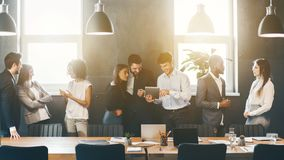 Hommes d'affaires réussis parlant pendant la pause-café photos stock
