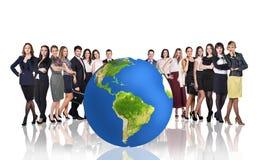 Hommes d'affaires réussis près de grande boule de la terre Photographie stock libre de droits