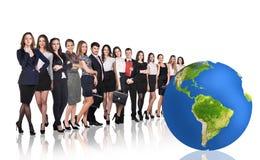 Hommes d'affaires réussis près de grande boule de la terre Photos libres de droits