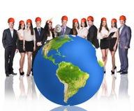 Hommes d'affaires réussis près de grande boule de la terre Image libre de droits