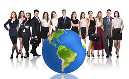 Hommes d'affaires réussis près de grande boule de la terre Photo stock