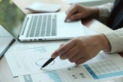 Hommes d'affaires rencontrant des id?es de conception avec le stylo analysant l'investisseur professionnel de documents financier photographie stock libre de droits