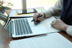 Hommes d'affaires rencontrant des id?es de conception avec le stylo analysant l'investisseur professionnel de documents financier images libres de droits