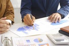 Hommes d'affaires rencontrant l'idée de conception, investisseur professionnel travaillant dans le bureau pour le nouveau projet  photos stock