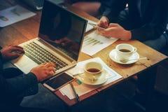 Hommes d'affaires rencontrant le concept d'entreprise de discussion de conférence Image libre de droits