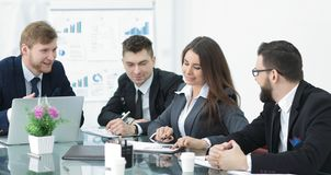 Hommes d'affaires rencontrant le fonctionnement avec le nouveau projet de démarrage images stock
