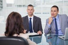 Hommes d'affaires sérieux ayant une entrevue photo libre de droits