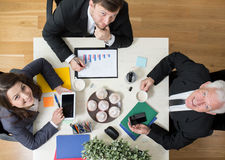 Hommes d'affaires s'asseyant à la table Image libre de droits