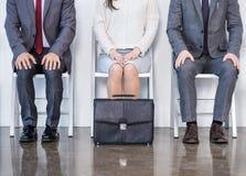 Hommes d'affaires s'asseyant dans la file d'attente et l'entrevue de attente Photographie stock