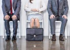Hommes d'affaires s'asseyant dans la file d'attente et l'entrevue de attente Photographie stock libre de droits