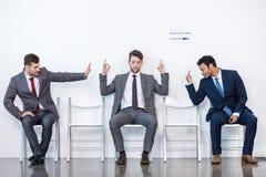 Hommes d'affaires s'asseyant dans la file d'attente et l'entrevue de attente dans le bureau Photos libres de droits