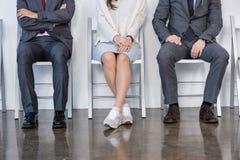 Hommes d'affaires s'asseyant dans la file d'attente et l'entrevue de attente dans le bureau Image stock