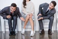 Hommes d'affaires s'asseyant dans la file d'attente et l'entrevue de attente dans le bureau Photographie stock