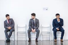 Hommes d'affaires s'asseyant dans la file d'attente et l'entrevue de attente dans le bureau Photographie stock libre de droits