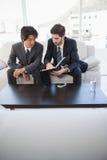 Hommes d'affaires s'asseyant sur le divan ensemble photos libres de droits