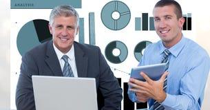 Hommes d'affaires sûrs avec des technologies et des graphiques Photographie stock libre de droits