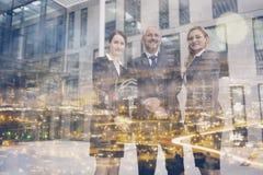 Hommes d'affaires sûrs se tenant dans des immeubles d'exploitation Photographie stock