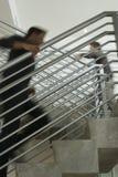 Hommes d'affaires se déplaçant en haut le bureau Image stock