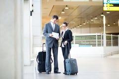 Hommes d'affaires se réunissant à l'aéroport Image libre de droits