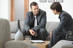Hommes d'affaires se réunissant au bureau photo stock