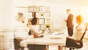 Hommes d'affaires se réunissant dans le bureau Images libres de droits