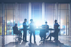 Hommes d'affaires se réunissant dans le gratte-ciel Photo libre de droits