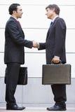 Hommes d'affaires se réunissant en dehors du bureau Image stock