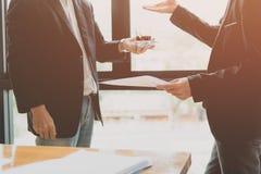 Hommes d'affaires se réunissant pour discuter et consulter sur les plans futurs Images stock
