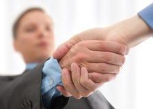 Hommes d'affaires se serrant la main Image libre de droits
