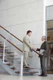 Hommes d'affaires se serrant la main Images stock