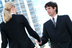Hommes d'affaires se serrant la main Images libres de droits