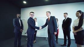 Hommes d'affaires se serrant la main banque de vidéos