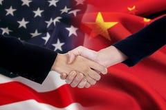 Hommes d'affaires se serrant la main après négociation Photographie stock