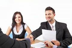 Hommes d'affaires se serrant la main lors d'un contact Image stock