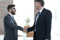 Hommes d'affaires se serrant la main sur la réunion d'affaires dans le bureau Photographie stock