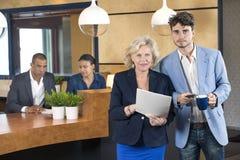 Hommes d'affaires se tenant au compteur de réception Photos libres de droits