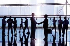 Hommes d'affaires serrant la main dans l'immeuble de bureaux Images libres de droits