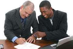 Hommes d'affaires signant des contrats Photo stock