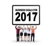 Hommes d'affaires soulevant des buts pour 2017 Images libres de droits