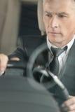 Hommes d'affaires supérieurs conduisant une voiture. Homme d'affaires supérieur sûr d Photographie stock libre de droits