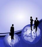Hommes d'affaires sur des globes Image libre de droits