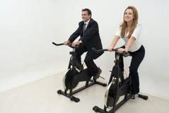 Hommes d'affaires sur des vélos d'exercice - horizontaux Images stock
