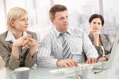 Hommes d'affaires sur le contact image stock