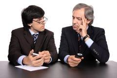 Hommes d'affaires sur un contact Images libres de droits