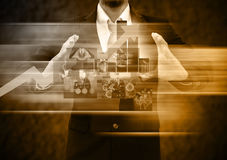 Hommes d'affaires tenant le monde d'affaires image stock