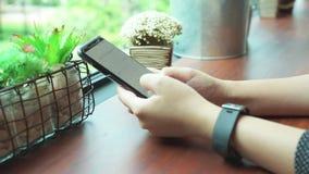 Hommes d'affaires tirés tenus dans la main, entrepreneurs, calcul d'impôts à partir des smartphones, idées annuelles d'affaires d banque de vidéos