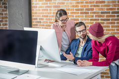 Hommes d'affaires travaillant avec l'ordinateur images stock