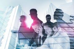 Hommes d'affaires travaillant dans le bureau, concept d'équipe photographie stock