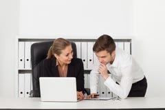 Hommes d'affaires travaillant dans un bureau Images libres de droits